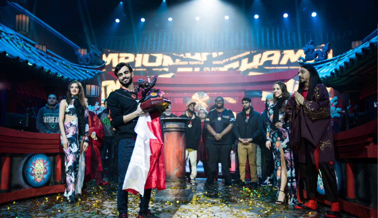Tekken Master - чемпион WePlay Dragon Temple, держит трофей.